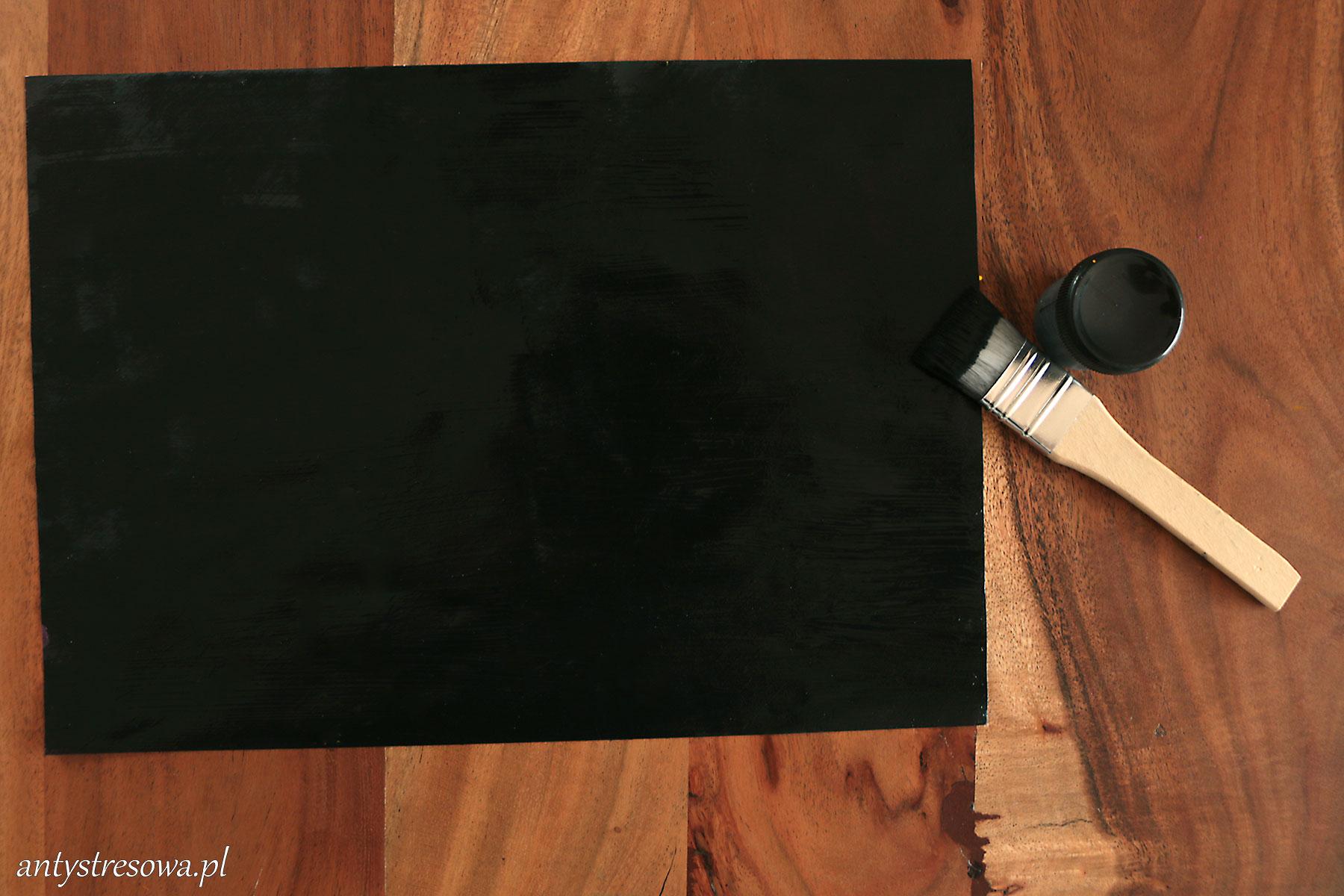 Papier pokryty czarną farbą