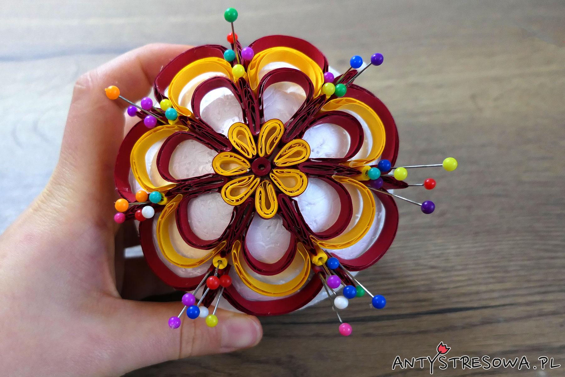 Bombka wykonana techniką Quillingu z motywem kwiatka