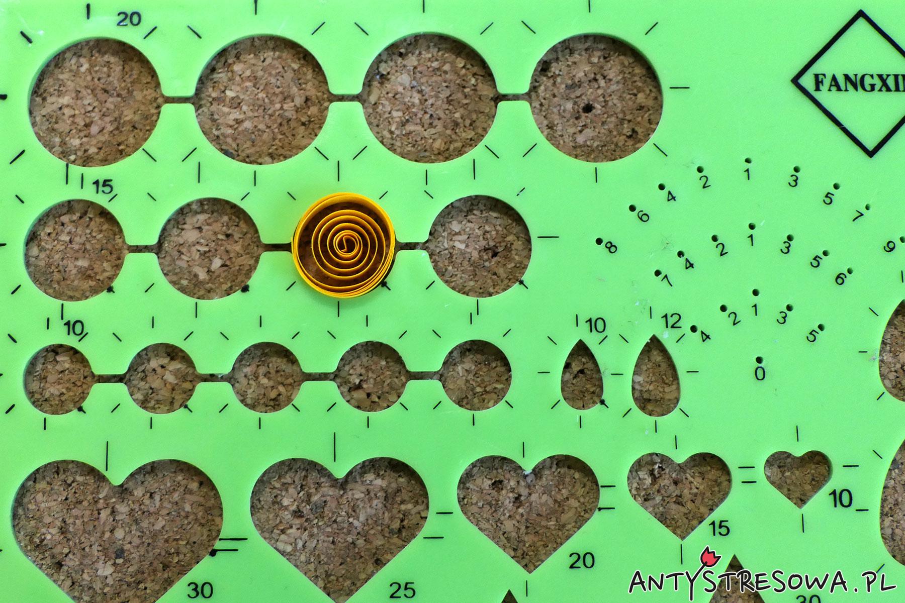 Geometryczny szablon do Quillingu - robienie bombki