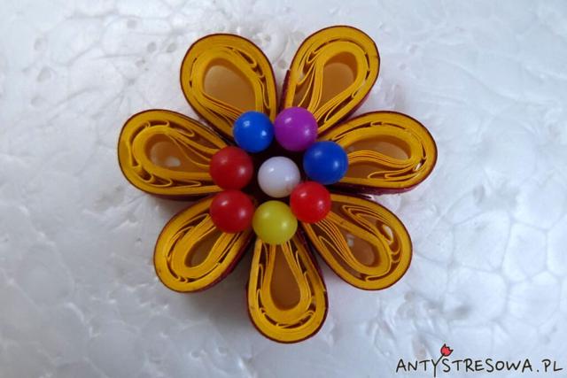 Kwiatek z Quillingu - element bombki