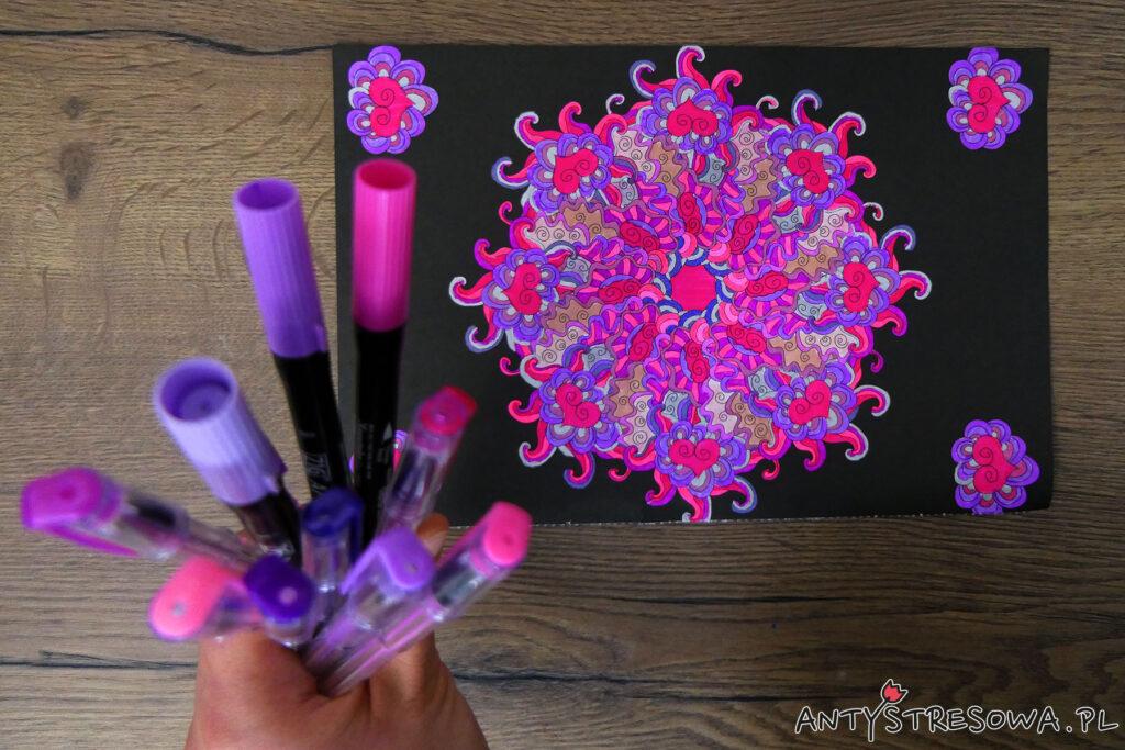 Różowa mandala fantazyjne esy-floresy, pisaki Art & Graphic Twin i żelopisy Paperdot
