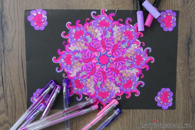 Fantazyjne esy-floresy, różowa mandala