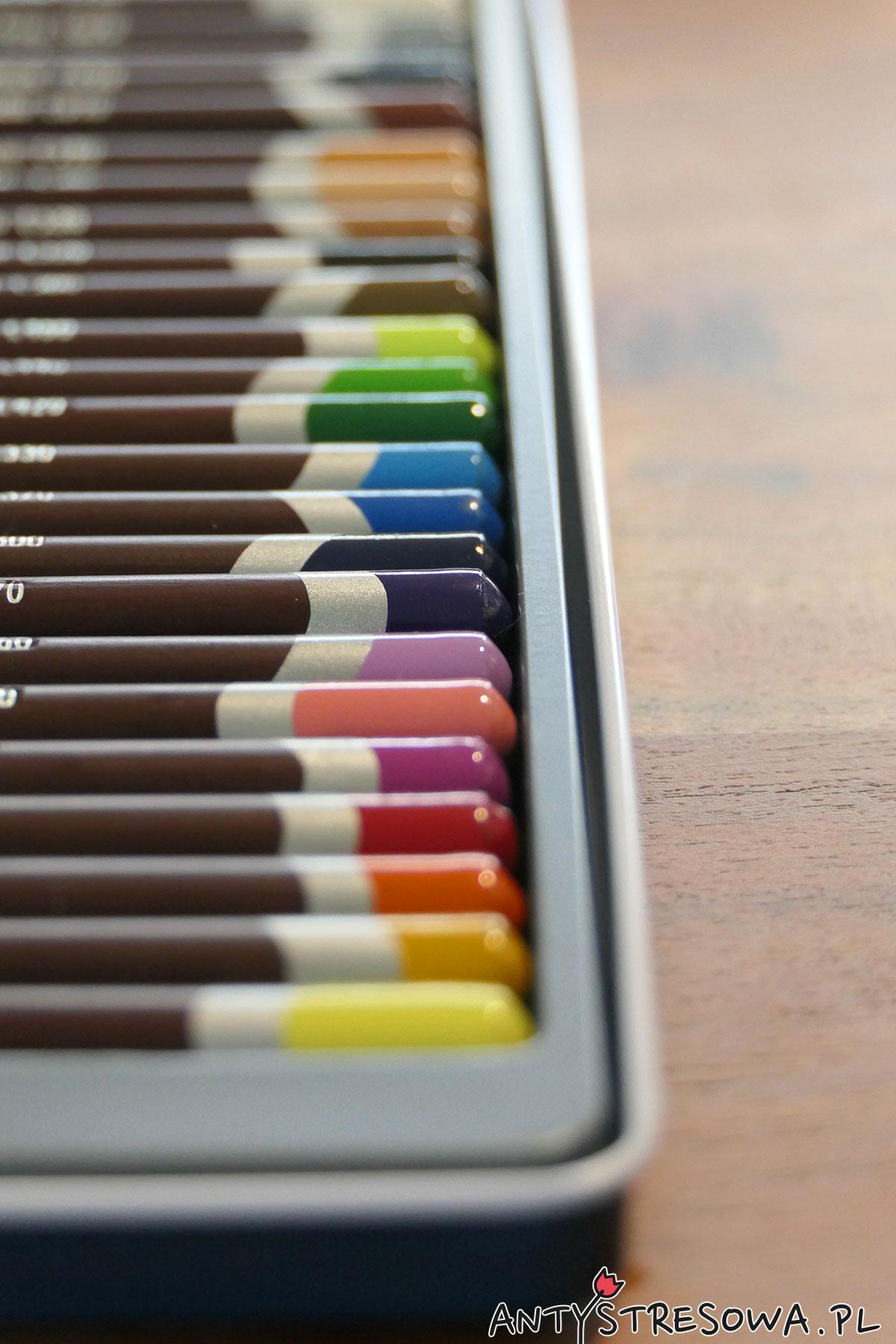 Derwent Coloursft  - tacka z kredkami
