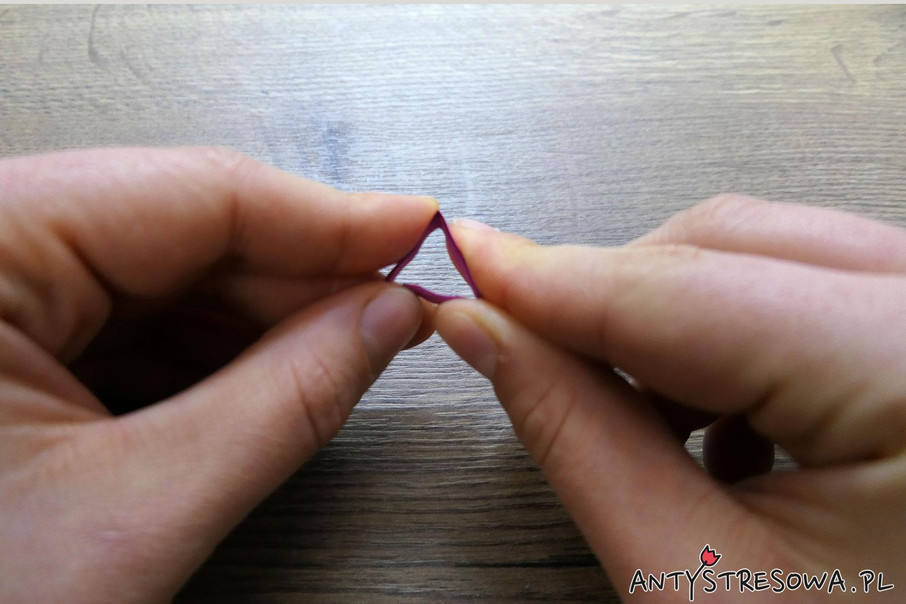 Gotowe kółko zginamy w palcach tak, by powstał trójkąt