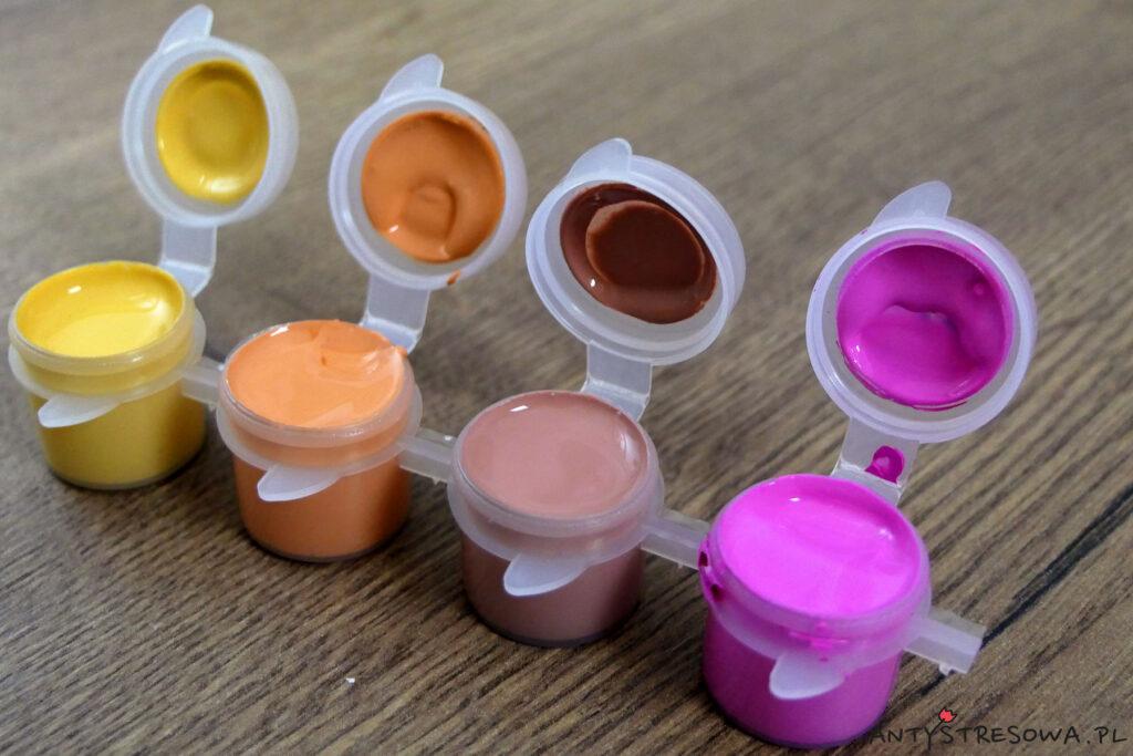 Farbki z zestawu do malowania ze zdjęcia