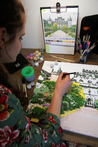 Malowanie obrazu po numerach przy biurku