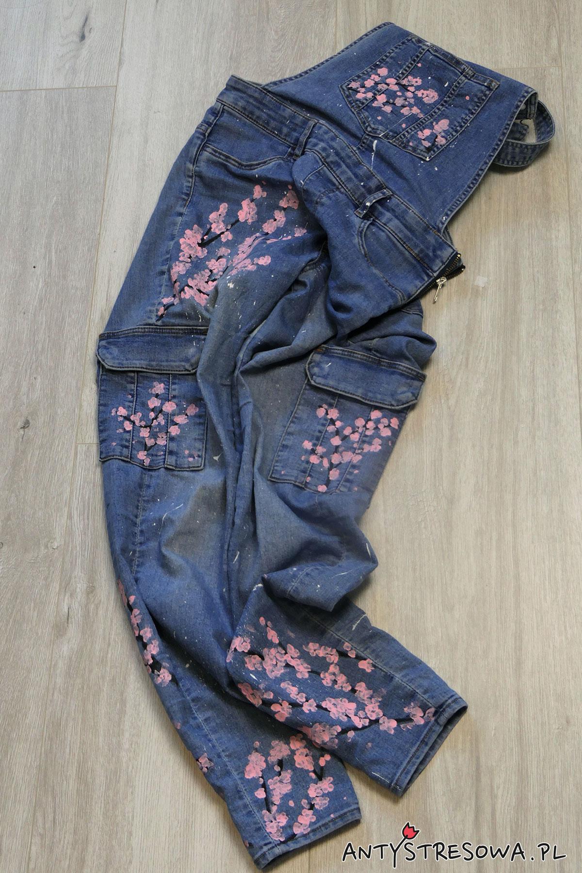 Malowanie jeansów farbami do tkanin -wzór kwiatu wiśni