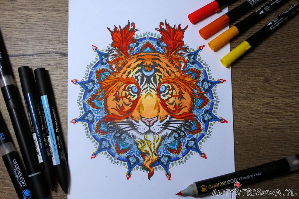 Kolorowanka z książki Mandalas Gone Wild pomalowana pisakami i markerami