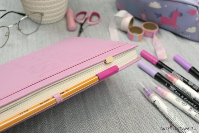 Gumka spinająca kartki i miejsce na długopis w planerze